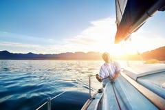 Barco de navegación de la salida del sol Foto de archivo libre de regalías