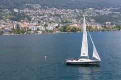 Barco de navegación de Majourie Italia del lago Foto de archivo libre de regalías