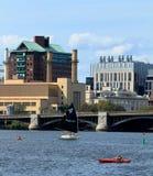 Barco de navegación del MIT en Charles River en Boston, Massachusetts con el puente de Longfellow y horizonte de Boston en fondo fotos de archivo libres de regalías