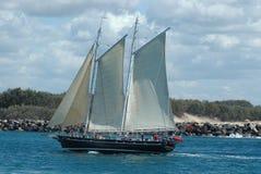 Barco de navegación del petróleo en el mar Foto de archivo libre de regalías