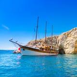 Barco de navegación del vintage en bahía Fotos de archivo libres de regalías