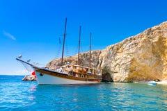 Barco de navegación del vintage en bahía Imagenes de archivo