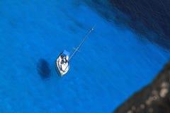 Barco de navegación en agua azul Fotos de archivo