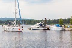 Barco de navegación en el canal fotos de archivo libres de regalías