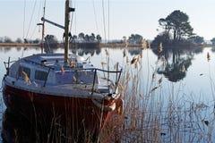 Barco de navegación en el lago Biscarosse foto de archivo