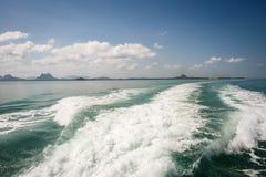 Barco de navegación en el mar fotografía de archivo