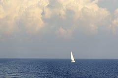 Barco de navegación en el mar azul abierto Imagenes de archivo