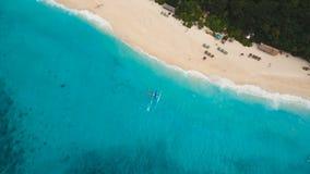 Barco de navegación en el mar azul Isla Filipinas de Boracay almacen de video