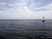 Barco de navegación en el mar del Caribe mexicano Foto de archivo libre de regalías