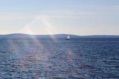 Barco de navegación en el mar del opet Imágenes de archivo libres de regalías