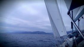 Barco de navegación en el mar jónico Fotos de archivo libres de regalías