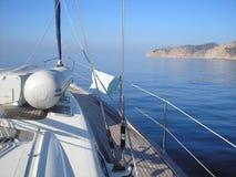 Barco de navegación en el mar liso Imagen de archivo libre de regalías