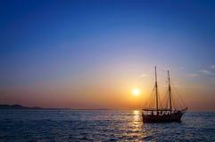 Barco de navegación en el mar Mediterráneo en la puesta del sol Imagen de archivo