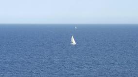 Barco de navegación en el mar Mediterráneo - 4 K almacen de metraje de vídeo