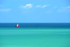 Barco de navegación en el mar multicolor Fotos de archivo libres de regalías