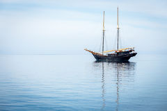Barco de navegación en el océano Fotos de archivo libres de regalías