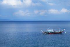 Barco de navegación en el océano azul de Anilao Foto de archivo