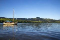 Barco de navegación en el río Foto de archivo