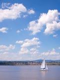 Barco de navegación en el río de St-Lorenzo Imagenes de archivo