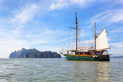 Barco de navegación en la bahía de Phang Nga, Tailandia Foto de archivo libre de regalías