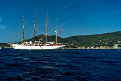 Barco de navegación en la isla de Elba. Foto de archivo