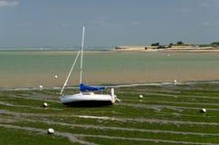 Barco de navegación en la playa (Charente, Francia) foto de archivo