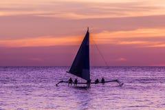 Barco de navegación en la puesta del sol Fotografía de archivo libre de regalías