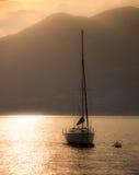 Barco de navegación en la puesta del sol Fotos de archivo libres de regalías