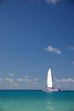 Barco de navegación en las zonas tropicales Imagen de archivo libre de regalías