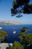 Barco de navegación en mediterráneo imagen de archivo libre de regalías