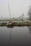 Barco de navegación en orilla Fotos de archivo