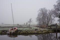 Barco de navegación en orilla en prado Foto de archivo libre de regalías