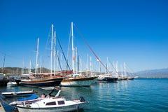 Barco de navegación en puerto Imagen de archivo libre de regalías