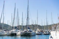 Barco de navegación en puerto Fotos de archivo