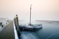 Barco de navegación en un día frío en invierno foto de archivo