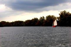 Barco de navegación en un lago Foto de archivo libre de regalías