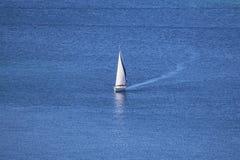 Barco de navegación en un mar abierto Imagen de archivo