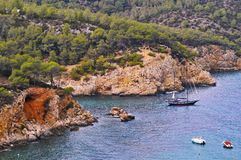 Barco de navegación en un pequeño golfo Fotografía de archivo libre de regalías