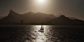 Barco de navegación hecho excursionismo en Rio de Janeiro Imagen de archivo libre de regalías