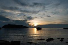 Barco de navegación de la silueta Imágenes de archivo libres de regalías