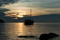 Barco de navegación de la silueta Fotos de archivo libres de regalías
