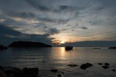 Barco de navegación de la silueta Fotografía de archivo
