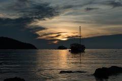 Barco de navegación de la silueta Fotos de archivo