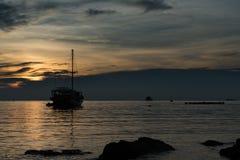 Barco de navegación de la silueta Imagen de archivo libre de regalías