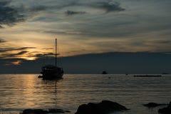 Barco de navegación de la silueta Imagen de archivo