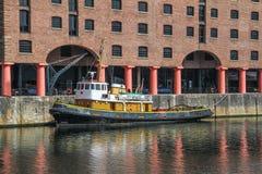 Barco de navegación privado amarrado en Albert Dock Imagen de archivo