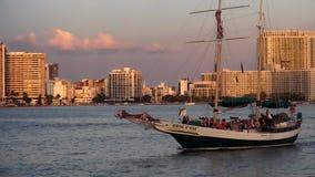 Barco de navegación que cruza en Mami Bayside en paisajes urbanos de los E.E.U.U. de la puesta del sol almacen de video