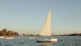 Barco de navegación que oscila en el lago almacen de metraje de vídeo