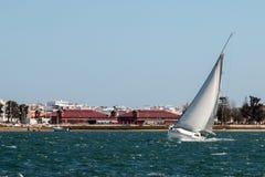 barco de navegación recreativo foto de archivo