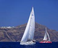 Barco de navegación y catamarán en Santorini imagen de archivo